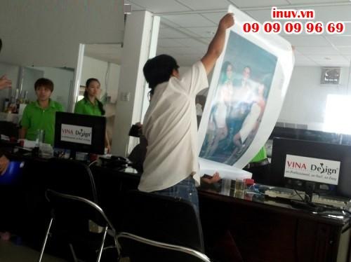 Thực hiện in trên áo thun làm áo đồng phục tại Công ty In Kỹ Thuật Số - Digital Printing